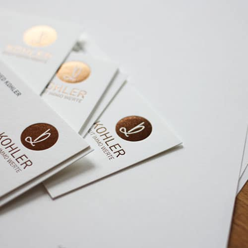 Visitenkarten mit Folienprägung goldbraun metallic und Offset Sonderfarbe