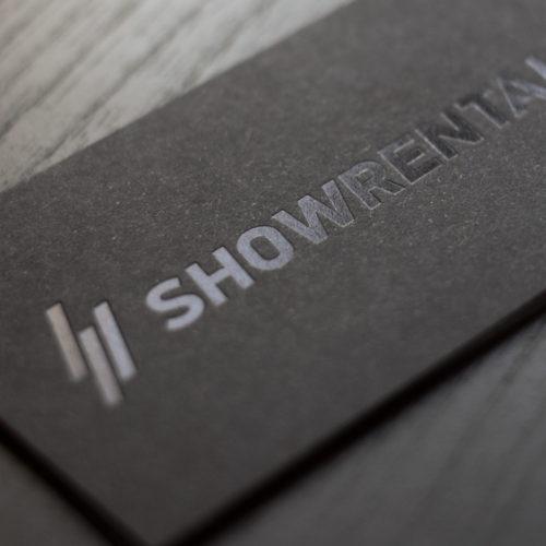 Schwarze Visitenkarte mit schwarzer Heißfolienprägung