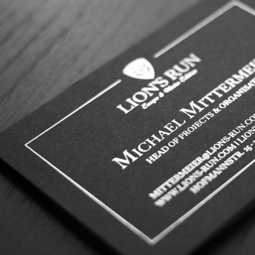 Schwarze Visitenkarte mit silberner Heißfolienprägung