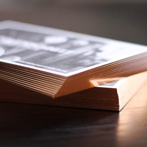 Exklusiver Folienfarbschnitt auf Visitenkarten in Kupfer-roségold metallic