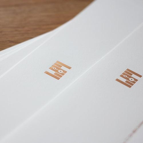 Briefpapier mit zweifarbiger Folienpraegung in Kupfer