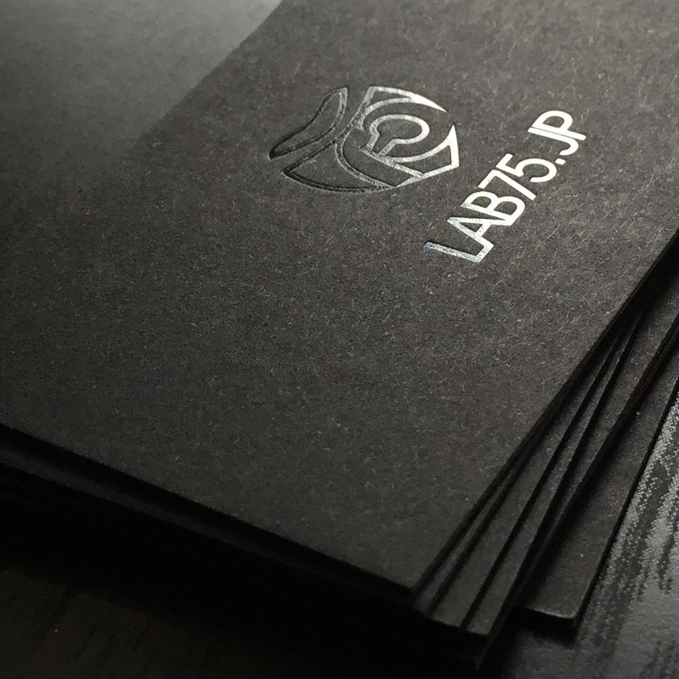 Visitenkarten mit schwarzem Karton mit Folienprägung