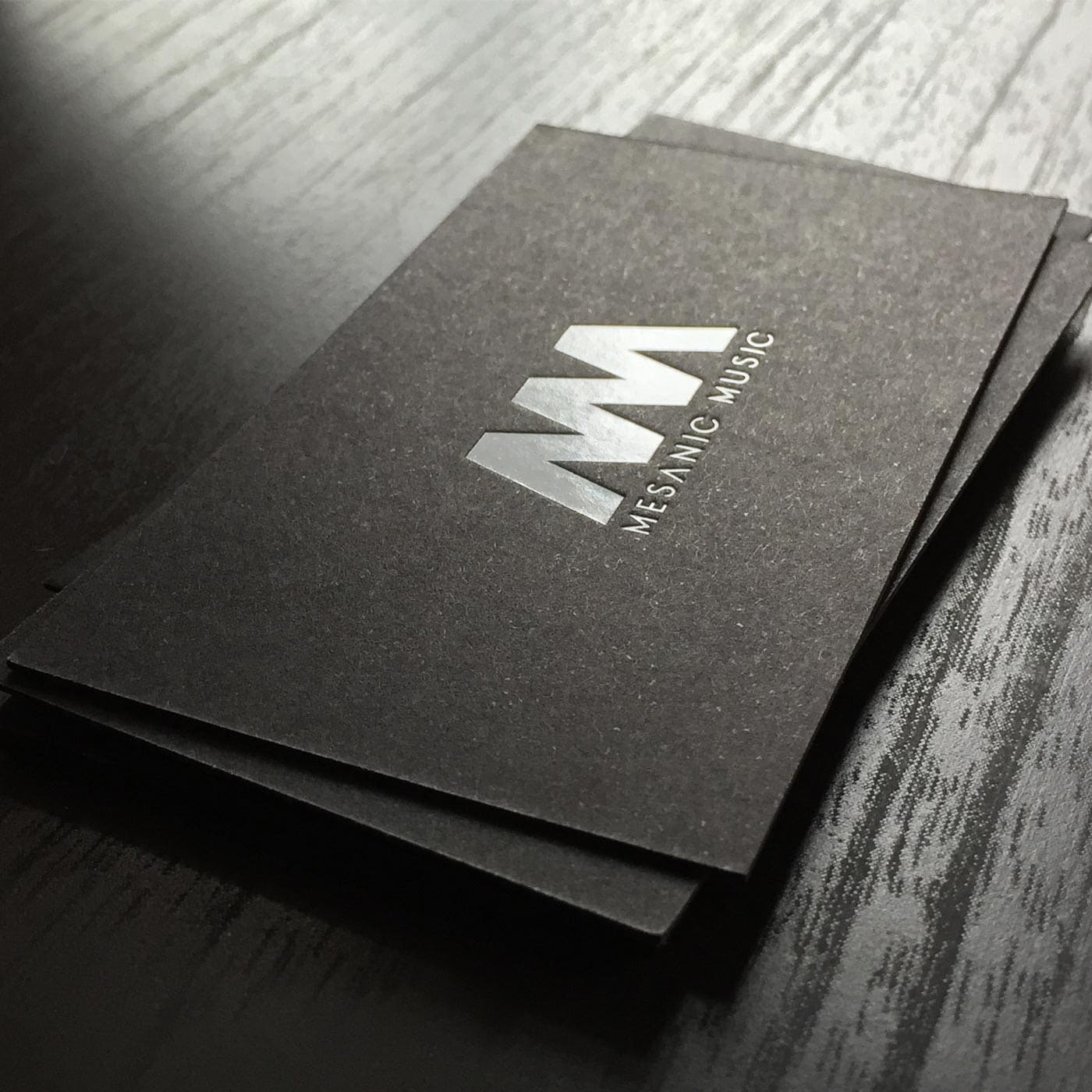 Visitenkarten mit schwarzem Karton mit Folienprägung weiss
