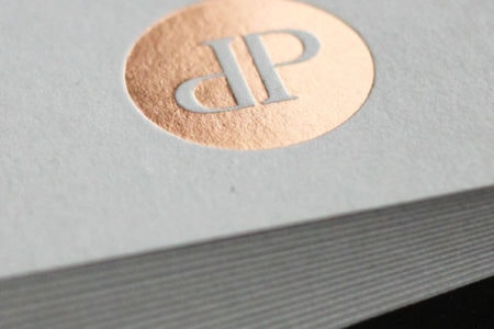 Visitenkarten mit grauen Karton und Heißfolienprägung