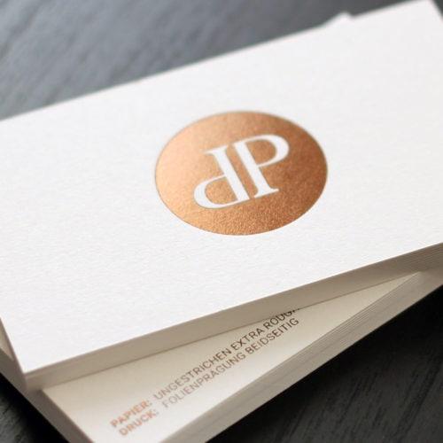 Visitenkarten veredelt mit einer Folienprägung in goldbraun metallic.