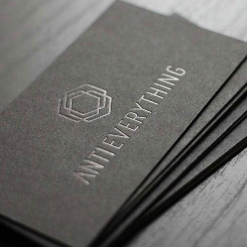 schwarze Visitenkarten mit schwarzer Heißfolienprägung