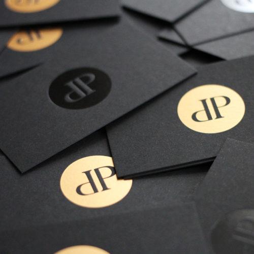 schwarze Visitenkarten mit Heißfolienprägungen