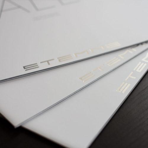 Broschüren mit Sonderfarbe und Heißfolienprägung Silber