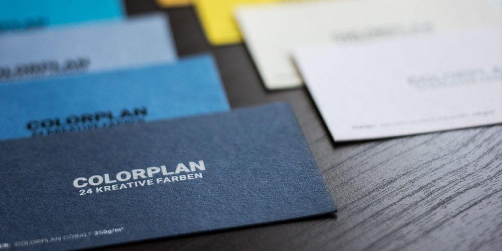 Durchgefärbte Papier mit Druck in Sonderfarbe Weißdruck