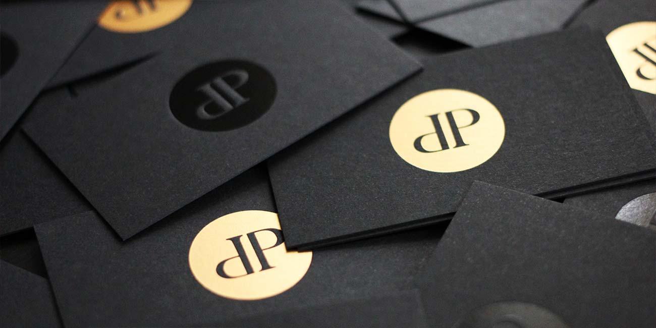 schwarze Visitenkarten mit Heißfolienprägung schwarz glänzend und bronze metallic matt