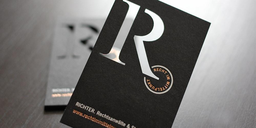 schwarze Visitenkarten mit Laserstanzung und kupfer weiss Folienprägung