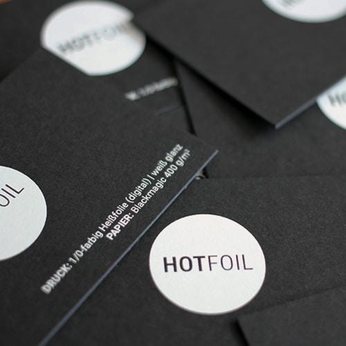schwarze Visitenkarten mit weißer digitaler Heißfolie glänzend