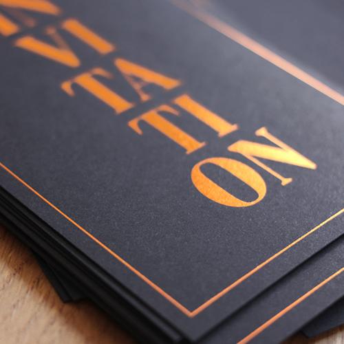 Schwarze Karten mit digitaler Heissfolie sleeking Folienkaschierung