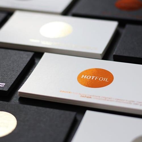 Weiße und schwarze Karten mit digitaler Heißfolie metallic Sleeking