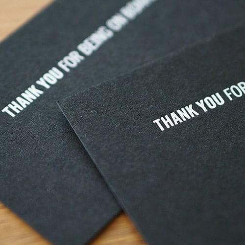 schwarzer anthraziter Kraftkarton mit Heißfolienprägung weiß