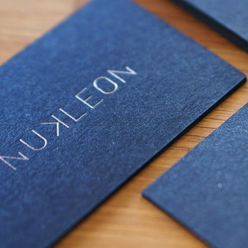 blaue karten mit metallic Folienprägung kraftkarton