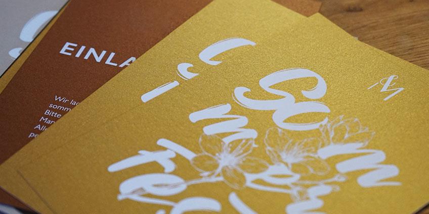 goldener Karton mit Weißdruck