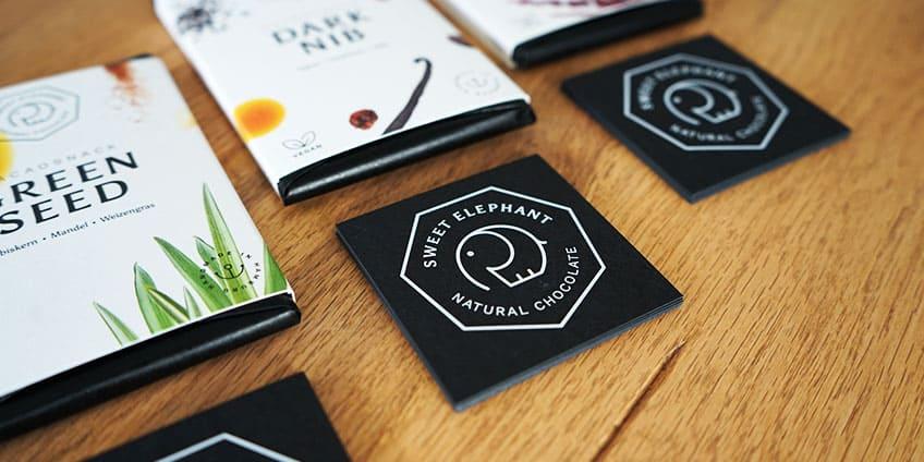 Schwarze Visitenkarten Mit Weißdruck Quadratisch Veredelt