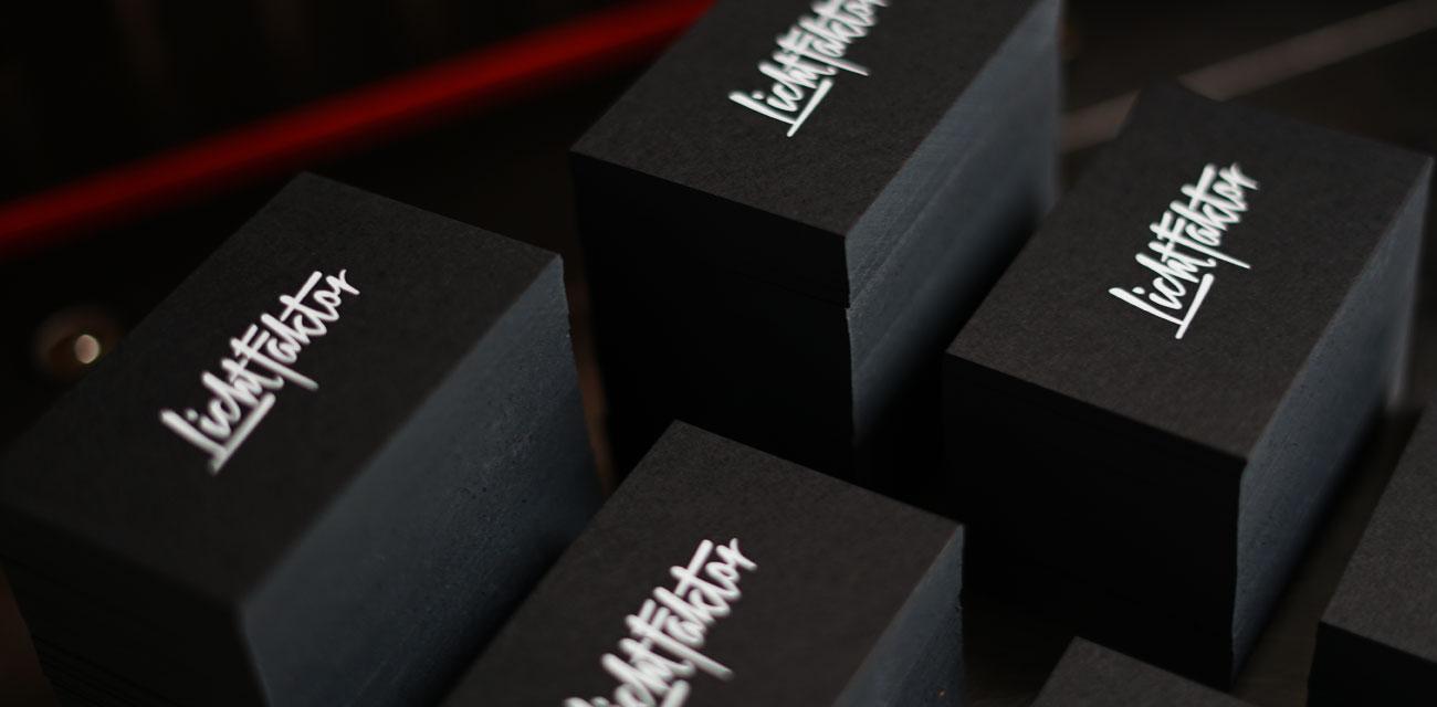 weißdruck auf schwarzen Karton