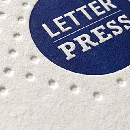farblos tiefgeprägt und mit Sonderfarbe im Letterpress